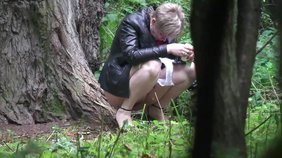 Skirt-wearing blonde decides to pee next to a sturdy tree (high quality spy cam)